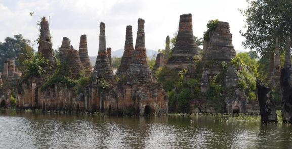 Village Sankar stupas dans l'eau