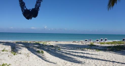 La plage, le sable blanc, la mer en dégradé de bleus !