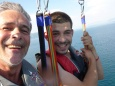 Heureux qui comme un papa rigole avec son fils ;o) <3 à 50 m au dessus de l'eau en parachute ascenssiionnel