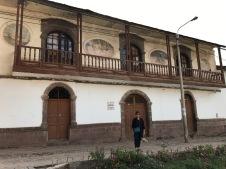 Batiment sur la place de l'église de Andahuaylillas