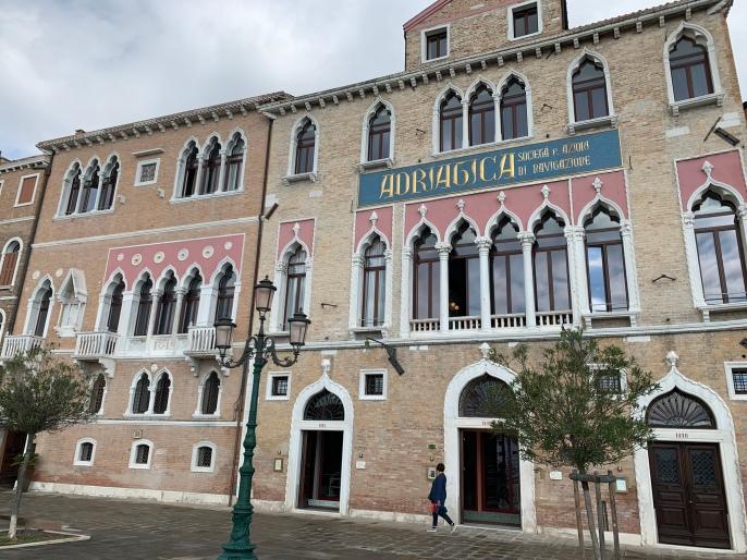 Un beau palais sur le canal Giudeccal