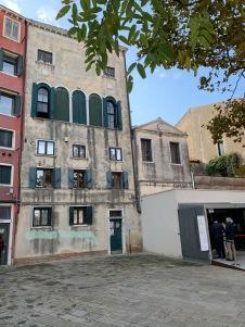 L'arrivée à musée et la façade de la synagogue allemande