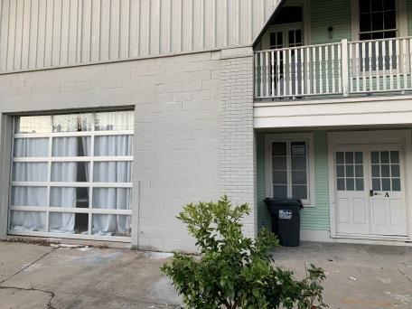 La porte du garage à gauche